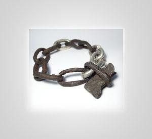 Armband in Silber und Eisen, neue wechseln sich mit alten Kettengliedern ab.