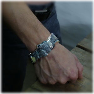 Armreif, ca. 170 Gramm schwer, aus geschwärzten groben Silberspänen gefertigt. Erdiges Stück!