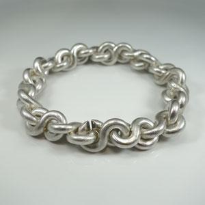 Schweres Armband, ca. 160 Gramm, in Silber, aus Gliedern der symbolischen Acht bestehend.