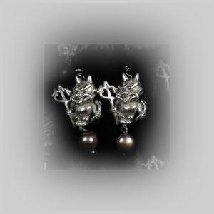 Figurale Ohrstecker in Silber. Teufelchen mit Dreizack und dunkelgrauer Zuchtperle.