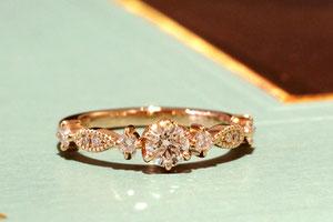 メレダイヤモンドやミルグレインで華麗な雰囲気に