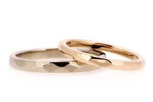 それぞれお決めいただいた素材のリングに、槌目模様を