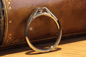 ダイヤモンドのエッジが出ているのでご着用時に注意は必要ですが、その分ダイヤモンドが良く見えるデザインです
