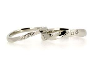 幅とダイヤモンドの位置は違いますが、2本同じデザインのマリッジリング