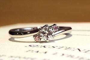 両サイドのピンクダイヤモンドが可憐な印象