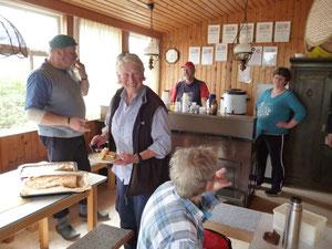 Schlemmen am Kuchenbuffet nach dem Kanuwandern