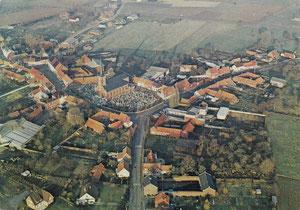 Vue aérienne du centre du village dans les années 80