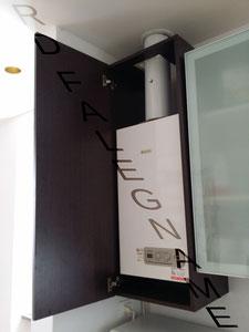 Mobile su Misura Ancorato al Muro e Anta con Cerniere per accedere alla Caldaia