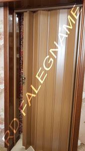 Porta a Soffietto in PVC (Plastica) Tinta Teak - Installata sul telaio esistente in legno