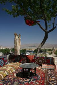 Turquie, Cappadoce, petite terrasse extérieure pour adminer les cheminées de fée