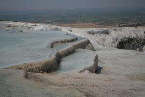 Turquie, Pamukkale et ses 17 sources, sont nombreux bassins couvert de sel minéraux, unesco depuis 88
