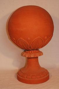 Boule grand modèle avec feuilles et pied décoré Hauteur totale environ 65 cm Boule hauteur environ 40 cm Diamètre boule environ 36 cm