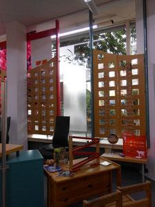 Ausstellung der Kinderbrillen mit Spielecke