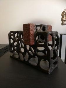 Out of the box. Abstract, kubistische vorm. Bruine grove chamotte. Prijs op aanvraag