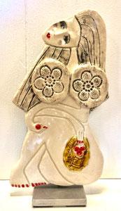 98 Sculpture femme contemporaine ET SON PANIER DE POMMES 29X15CM disponible