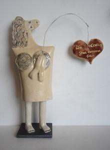 Sculpture femme contemporaine Pépette point com à la pêche N° 28 H42X30CM