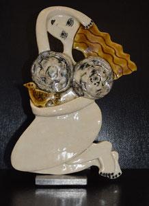Sculpture femme contemporaine  Pépette point com et son oiseau N° 90 H28.5X19.5CM