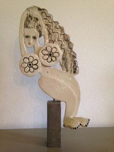 Sculpture femme contemporaine  Pépette point com en équilibre N° 13 H40,5X24CM