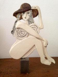 VENDU Sculpture femme contemporaine  Pépette point com au chapeau N° 14 H31.5X23CM