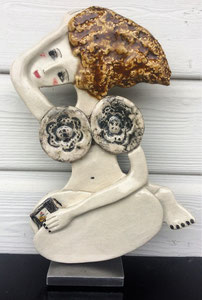 104 Sculpture femme contemporaine BOUQUINE 29.5X20CM disponible