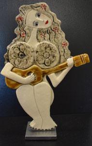 Sculpture femme contemporaine  Pépette point com et sa guitare N° 91 H33.5X22.5CM