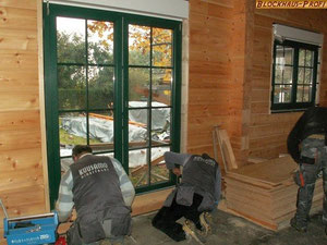 Holzhaus Neubau -  Einfamilienhaus - Wohnhaus - Wohnblockhaus - Einbau von Fenstern und Rollladenkästen - Rohbau  - © Blockhaus Profi