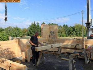 Hier wird ein Blockhaus in Brandenburg gebaut  - Ein Blockbalken nacheinander - Wohnblockhaus - Blockhausbau - Blockhausmontage© Blockhaus Profi