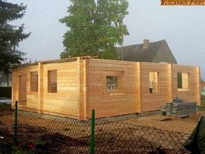 Blockhaus Baustelle in Brandenburg  - Der Aufbau geht zügig vonstatten - Blockhaus als Einfamilienhaus © Blockhaus Profi