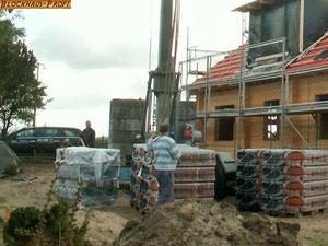 Blockhaus Baustelle - Holzhaus in Blockbauweise - Wohnblockhaus - Massivholzhaus - Rohbau - Dacheindeckung - © Blockhaus Profi