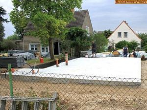 Maßgenaue Bodenplatte  für ein Wohnblockhaus - Einfamilienhaus in massiver Blockhauweise in Brandenburg© Blockhaus Profi