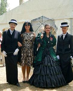 Matthias Laurenz Gräff und Georgia Kazantzidu mit Damen (ua Dame Cornelia Wögerbauer) in historischen Kostümen