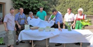 Enthüllung der Bücher mit dem Verschönerungsverein Zitternberg und den beiden Künstlern Savio Verra (links) und Matthias Laurenz Gräff (vierter von links).  (Fotorechte  Christine Steininger)