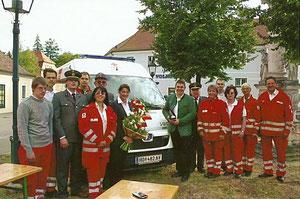 Weihe des neuen Rotkreuz-Autos (Sommer 2011), Matthias Laurenz Gräff dritter von links mit einem Teil der Garser Mannschaft; Foto von Gerhard Baumrucker, NÖN Horn
