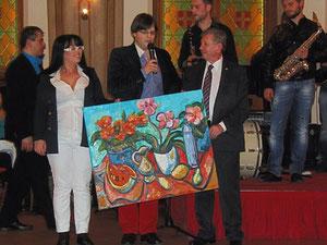 Der Künstler Matthias Laurenz Gräff bei der Präsentation seines Gemäldes mit Georgia und Vereinspräsident Charilaos Zikos