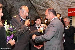 Rot Kreuz Präsident Willi Sauer überreicht die erste Flasche des von Matthias Laurenz Gräff Rot Kreuz Weines an Landeshauptmann Stellvertreter Mag. Wolfgang Sobotka