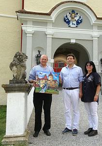 Übergabe vor dem Schlossportal an Andreas Bardeau (links) durch den Künstler Matthias Laurenz Gräff und Georgia Kazantzidu