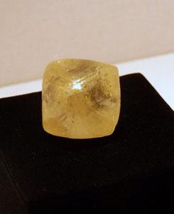 Gelber Diamant von 296ct. ca. 3,3 Milliarden Jahren, einer der ältesten Qualitäts-Diamanten der Welt.