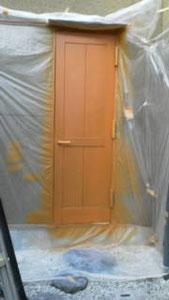 扉の経年劣化「補修中」