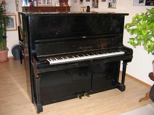Klaviergehäuse vor der Reparatur