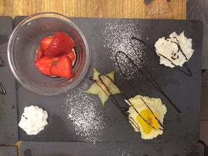 Hausgemachtes Weisses Toblerone - Mousse mit Erdbeeren mit Kirsch ausgarniert