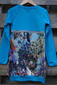 Achter: Birds blauw, jurkje van tricot. Artikelcode 134/140-05.