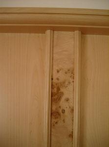 Eine Täfelung verleiht einem Raum etwas ganz Besonderes. Hier sehen Sie ein Muster, bei dem die Lisene (vertikale Wandverstärkung) aus einem schön gezeichneten Pappelholz stammt und mit Birke kombiniert ist.