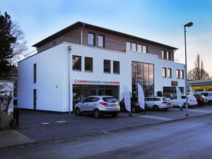 Bürogebäude mit Ladenlokalen