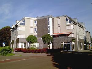 Mehrfamilienhaus mit Ladenlokalen