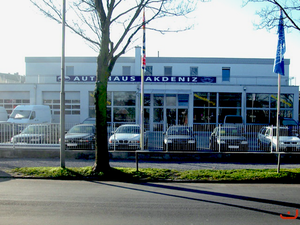 Autohaus mit Wohneinheiten
