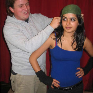 """Basti:   """"Ach hör doch auf! Etwas dunklere Hautfarbe und so. Sag mal, warum hast Du eigentlich kein Kopftuch an? """" Ayda:  """"Brauch ich nicht. Ich bin doch hier geboren. """""""
