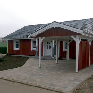 Referenz von Modell Älmhult 120 Berg-Schwedenhaus mit überdachtem Eingangsbereich