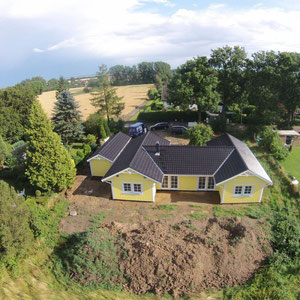 Luftaufnahme von Referenzhaus Älmhult 130 gelbes Holzhaus von Berg