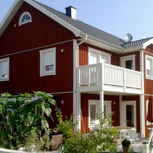 Referenz Holzhaus Nordkap Stadtvilla Seitenansicht mit Balkon von Berg-Schwedenhaus