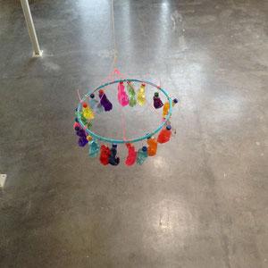 Kronleuchter , Plastikflaschen/Farbpigmente, 2015